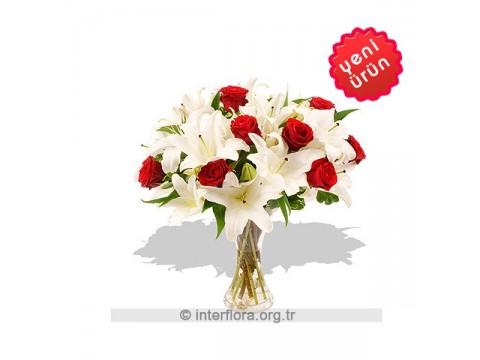 Cam Vazoda Kırmızı Beyaz Aranjman