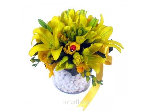 Cam Vazoda Lilyum ve Kır Çiçekleri Aranjmanı
