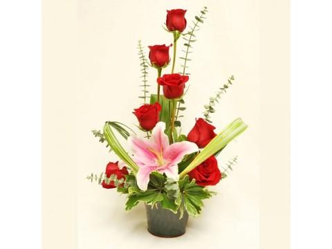 Seramik vazoda 7 kırmızı gül ve pembe lilyum