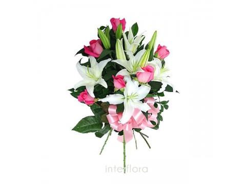 Pembe güller ve lilyumlardan buket