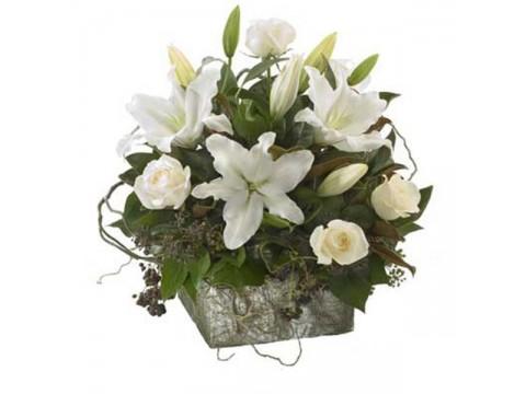 Beyaz güller ve lilyumlar