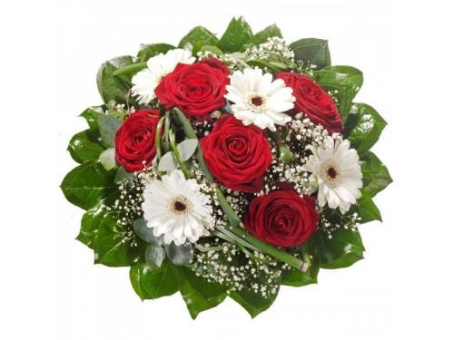 Kırmızı güller ve beyaz gerberalar