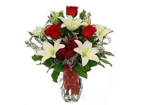 Beyaz Lilyumlar ve 3 Kırmızı Gül Aranjmanı